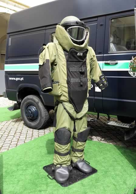 bomb-wear-protective-clothing